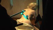 Анна Котова засветила грудь съёмках фильма «Зайцев, жги!»