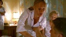 Пациент лапает медсестру Ольгу Ломоносову за грудь