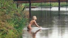 Голая Анна Старшенбаум купается в реке