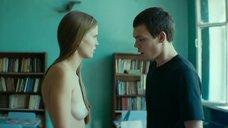 Александра Ревенко показывает голую грудь в классе