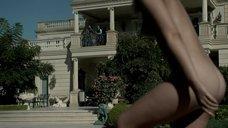 Полностью обнаженная Ариэль Кеббел плавает в бассейне