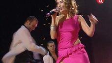 Жанна Фриске выступает без бюстгальтера