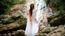 Оксана Фёдорова засветила грудь в клипе «Все из-за тебя»