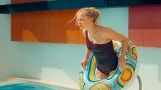 Юля Пересильд в мокром купальнике