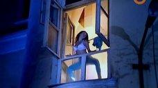 Любовь Тихомирова танцует стриптиз у окна