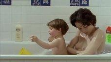 Анн Косенс купается с ребенком в ванне