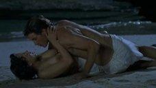 Откровенная сцена с Камиллой Реншке на пляже