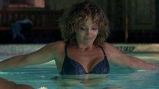 Дженнифер Лопез плавает в белье