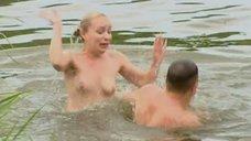 Блондинка топлесс веселится в реке
