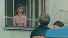 Женщины показывают голую грудь мальчишкам за сигареты