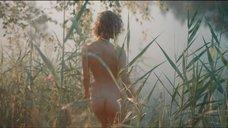 Обнаженная Аглая Тарасова купается в озере