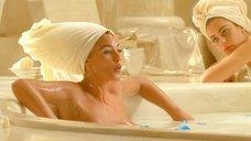 Моника Беллучи принимает ванну