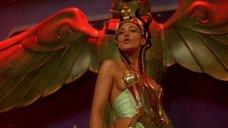 2. Царица Моника Беллуччи в соблазнительном наряде – Астерикс и Обеликс: Миссия «Клеопатра»