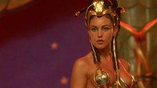 3. Царица Моника Беллуччи в соблазнительном наряде – Астерикс и Обеликс: Миссия «Клеопатра»