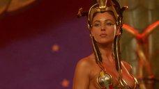 4. Царица Моника Беллуччи в соблазнительном наряде – Астерикс и Обеликс: Миссия «Клеопатра»
