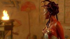 6. Царица Моника Беллуччи в соблазнительном наряде – Астерикс и Обеликс: Миссия «Клеопатра»