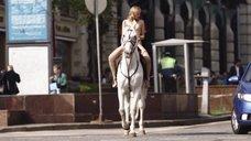 2. Александра Бортич голая на коне – Неуловимые: Бангкок