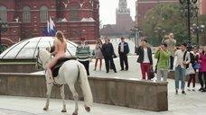7. Александра Бортич голая на коне – Неуловимые: Бангкок