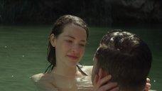 Голая Аннес Элви купается в реке