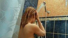 Екатерина Никитина принимает душ