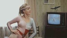 Ирина Розанова в облегающем костюме занимается фитнесом