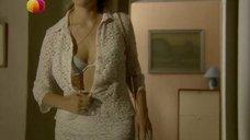 Мария Шукшина растегивает блузку