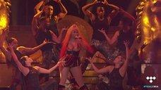 2. Ники Минаж светит голыми сиськами на сцене