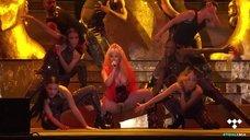3. Ники Минаж светит голыми сиськами на сцене