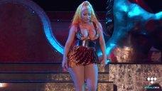 Ники Минаж светит голыми сиськами на сцене