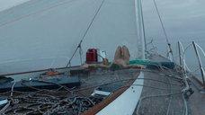 Обнаженная Шейлин Вудли на яхте под дождем