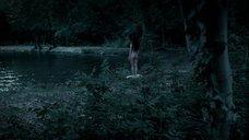 Обнаженная Хейли Этвелл купается ночью в реке
