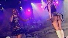 Ксения Новикова светит попкой на выступлении в клубе «Метелица»