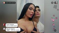 Яну Кошкину лапают за грудь