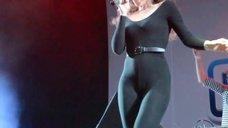 Секси Ангина в обтягивающем костюме на сцене