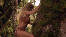 1. Горячая Таня Робертс лезет на дерево – Шина – королева джунглей