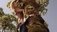 2. Горячая Таня Робертс лезет на дерево – Шина – королева джунглей