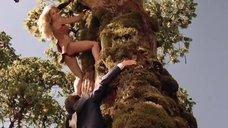 3. Горячая Таня Робертс лезет на дерево – Шина – королева джунглей