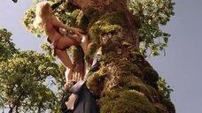5. Горячая Таня Робертс лезет на дерево – Шина – королева джунглей