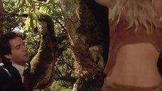 6. Горячая Таня Робертс лезет на дерево – Шина – королева джунглей