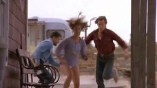 Финн Картер в трусиках убегает от гигантского червя