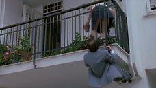 Мужчина подглядывает под юбку девушке на балконе.