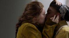 Лесбийский поцелуй Эммы Кинни и Эшли Романс