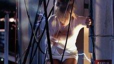 Ким Бейсингер засветила трусики
