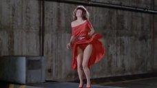 Вентилятор поднимает платье Келли Леброк