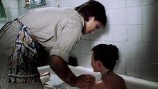 Анну Назарьеву моют в ванне