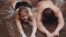 Елена Проклова купается в речке