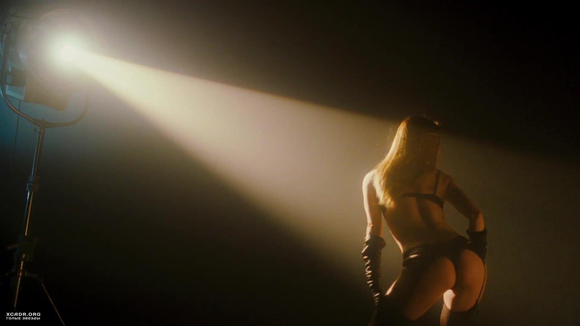 Секси Сиенна Гиллори Снимает Одежду – Большой Взрыв (2010) (2010)