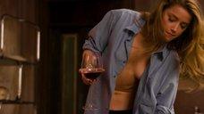 Аппетитная Эмбер Хёрд в рубашке без лифчика