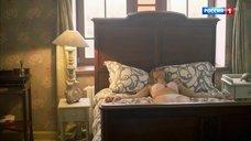 Связанная Виктория Белякова в белье лежит на кровати