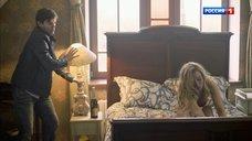 3. Связанная Виктория Белякова в белье лежит на кровати – В чужом краю